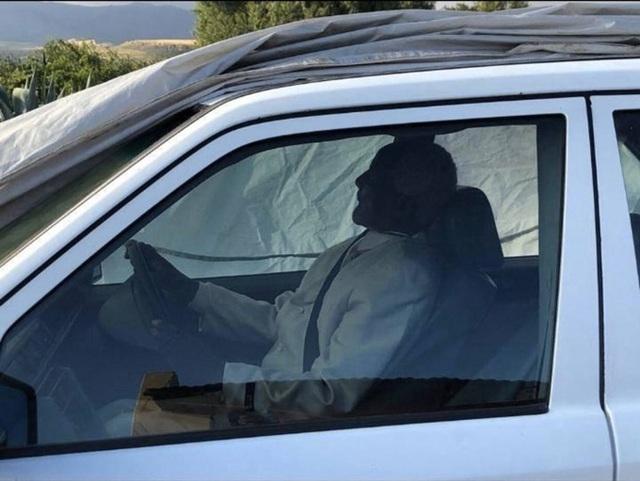 Chính trị gia được chôn cất trong xe Mercedes - Ảnh 2.