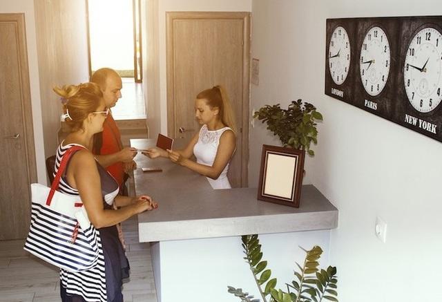 Vì sao khi nhận phòng khách sạn bạn nhất định cần phải xem đồng hồ? - Ảnh 2.