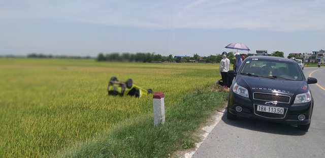 Hốt hoảng chiếc xe ô tô con nát bét lật ngửa dưới ruộng - Ảnh 2.