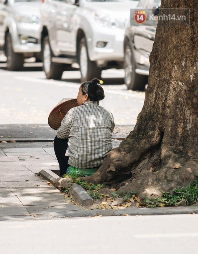 Nhiệt độ ngoài đường tại Hà Nội lên tới 50 độ C, người dân trùm khăn áo kín mít di chuyển trên phố - Ảnh 13.