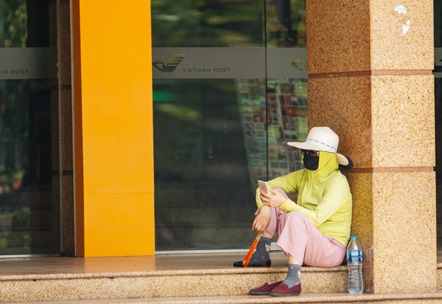 Nhiệt độ ngoài đường tại Hà Nội lên tới 50 độ C, người dân trùm khăn áo kín mít di chuyển trên phố - Ảnh 14.