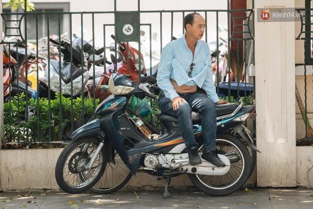 Nhiệt độ ngoài đường tại Hà Nội lên tới 50 độ C, người dân trùm khăn áo kín mít di chuyển trên phố - Ảnh 16.