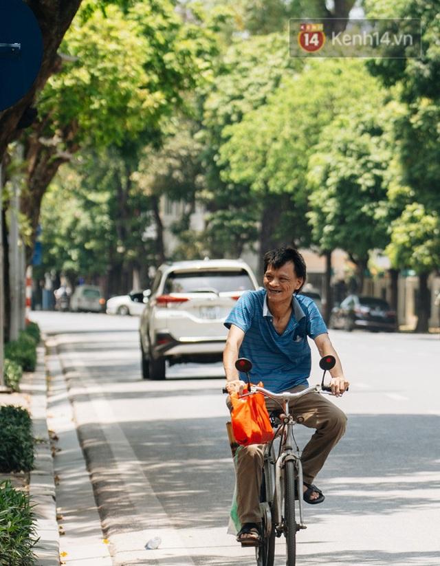 Nhiệt độ ngoài đường tại Hà Nội lên tới 50 độ C, người dân trùm khăn áo kín mít di chuyển trên phố - Ảnh 7.