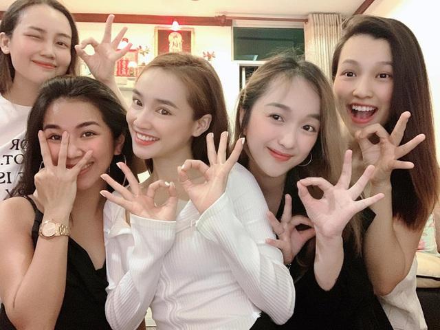 Nhã Phương đón tuổi 30 bên Trường Giang và nhóm bạn thân showbiz - Ảnh 5.