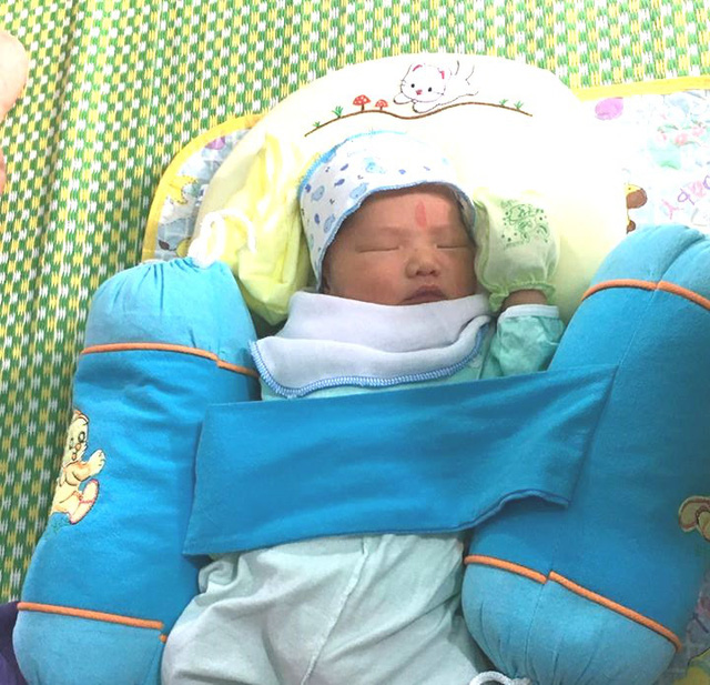 Phát hiện bé trai sơ sinh bỏ rơi tại chùa Trông rạng sáng mồng Một - Ảnh 2.
