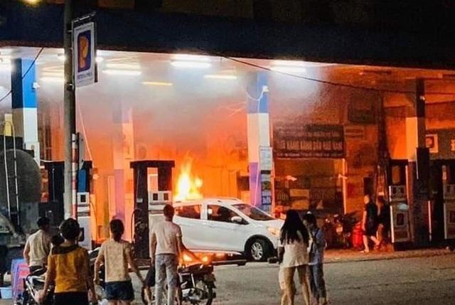 Cây xăng bốc cháy khi bị ôtô đâm đổ - Ảnh 1.