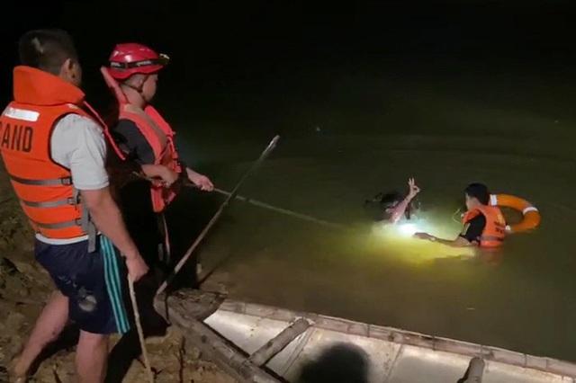 Trắng đêm ngụp lặn tìm kiếm nam sinh 15 tuổi chết đuối ở Đà Nẵng - Ảnh 1.