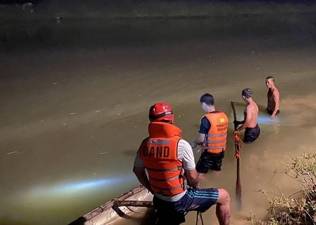 Trắng đêm ngụp lặn tìm kiếm nam sinh 15 tuổi chết đuối ở Đà Nẵng - Ảnh 2.