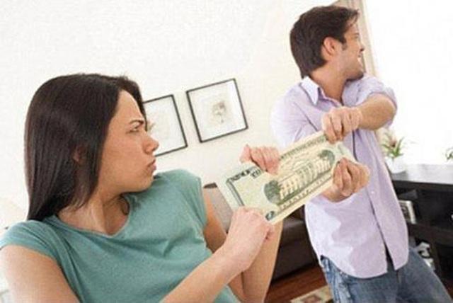 Chồng không đưa tiền cho vợ, chị em ta phải làm sao đây? - Ảnh 1.