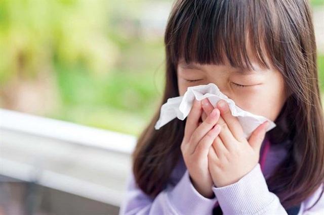 Trẻ đang khỏe mạnh, có cần nhỏ mũi hàng ngày để phòng bệnh? - Ảnh 1.