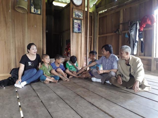 Quảng Bình: Băng rừng vượt suối tìm học trò sau kỳ nghỉ dịch COVID-19 - Ảnh 1.