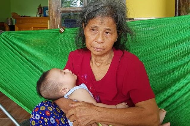 Đứa bé khát sữa, khóc lả trên tay bà sau vụ tai nạn cướp đi 3 thành viên gia đình - Ảnh 3.