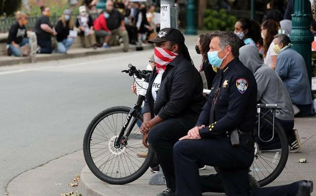 Cảnh sát Mỹ quỳ gối cùng người biểu tình - Ảnh 2.