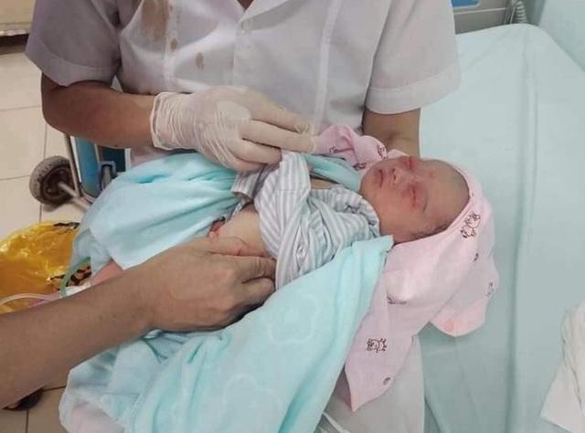 Bé sơ sinh bị bỏ rơi dưới hố ga ở Hà Nội bất ngờ diễn biến rất nặng, tiên lượng theo chiều hướng xấu - Ảnh 4.