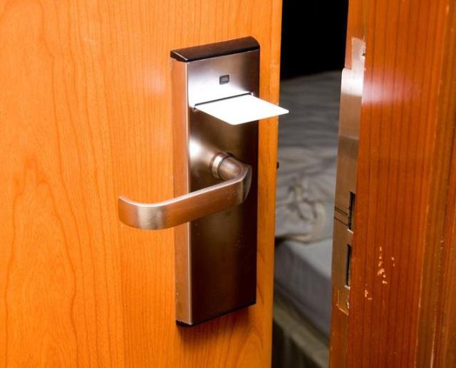 Đây là điều cần làm ngay khi bước vào bất kỳ 1 phòng khách sạn nào, chia sẻ từ những người phục vụ phòng - Ảnh 4.