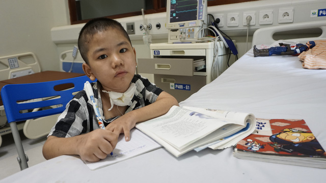 Sức khỏe bé trai 8 tuổi nhiều tháng trời sống nhờ máy thở hiện giờ ra sao? - Ảnh 4.