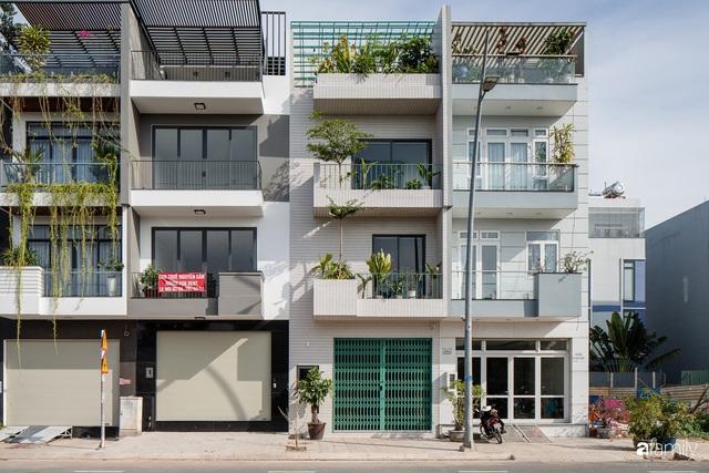 Nhà phố hướng Tây vẫn mát rượi không cần điều hòa nhờ thiết kế cầu thang thông gió và lấy sáng tiện ích ở Quận 7, Sài Gòn - Ảnh 1.