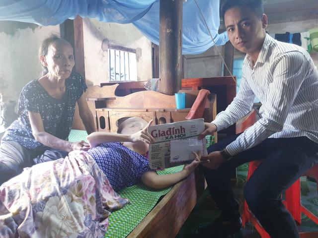 Báo Gia đình và Xã hội trao tiền bạn đọc ủng hộ đến 2 hoàn cảnh khó khăn ở Hà Tĩnh - Ảnh 1.