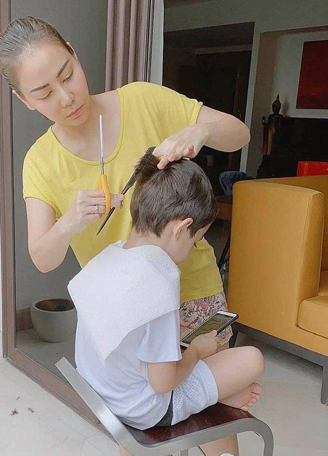 5 tuổi, con trai ngậm thìa vàng của Thu Minh đã bắt đầu hỏi Sao mẹ phải che mặt con - Ảnh 4.