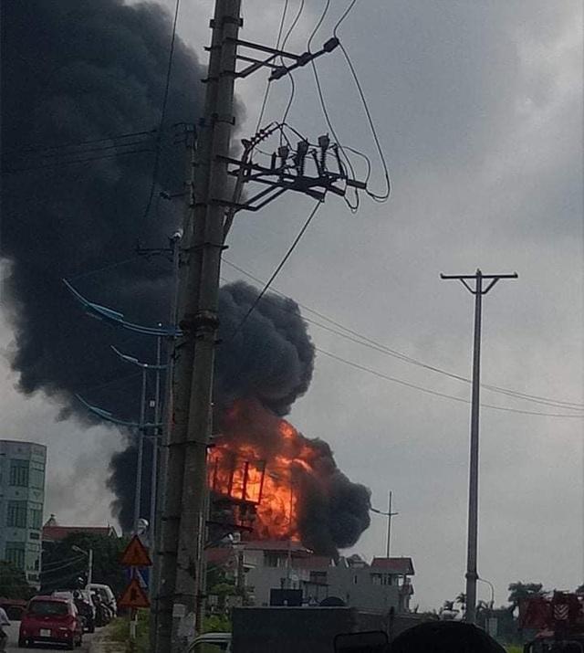 Hà Nội: Kho hóa chất bốc cháy ngùn ngụt, cột lửa cao hàng chục mét - Ảnh 2.