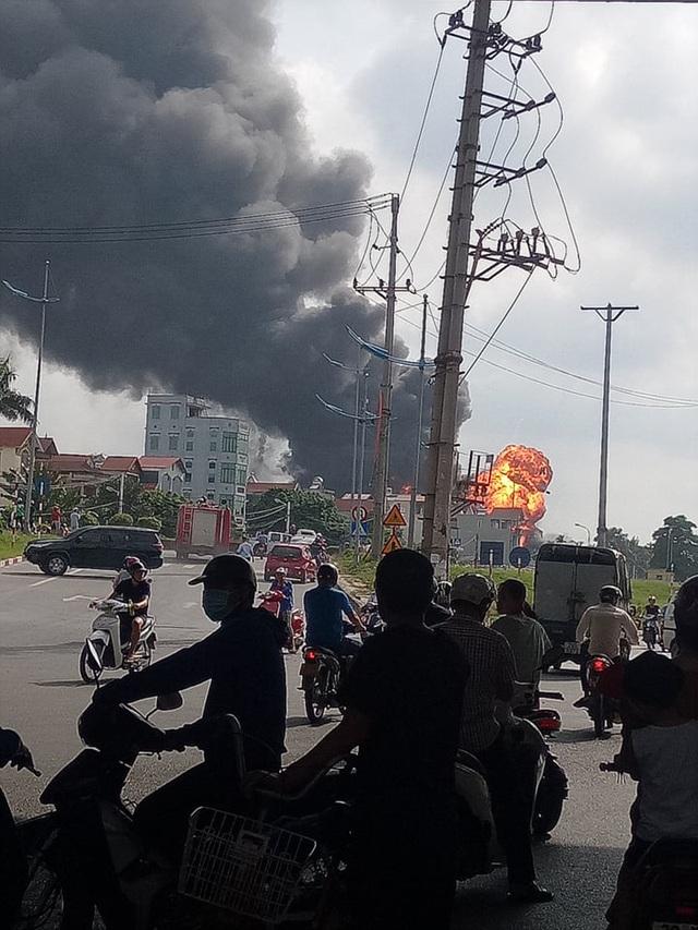 Hà Nội: Kho hóa chất bốc cháy ngùn ngụt, cột lửa cao hàng chục mét - Ảnh 6.