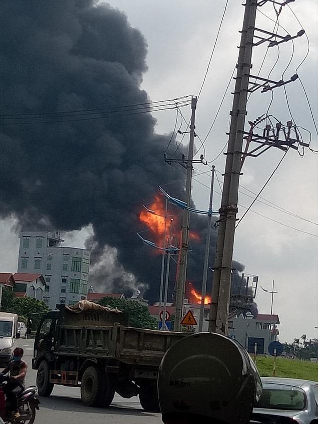Hà Nội: Kho hóa chất bốc cháy ngùn ngụt, cột lửa cao hàng chục mét - Ảnh 5.