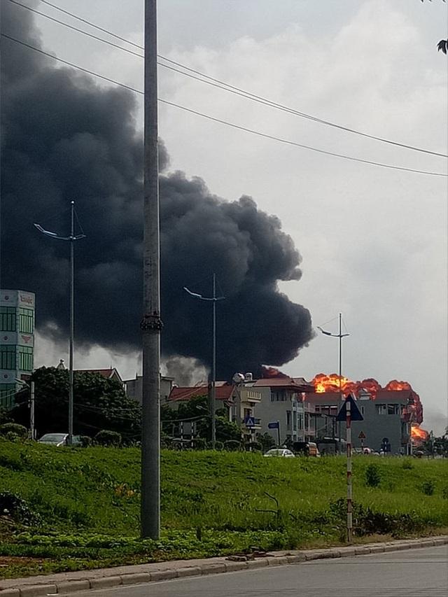 Hà Nội: Kho hóa chất bốc cháy ngùn ngụt, cột lửa cao hàng chục mét - Ảnh 4.