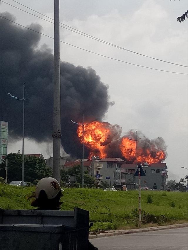 Hà Nội: Kho hóa chất bốc cháy ngùn ngụt, cột lửa cao hàng chục mét - Ảnh 3.