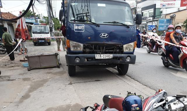 Đang dừng đèn đỏ, người đàn ông vẫn bị xe tải lao tới tông tử vong - Ảnh 1.