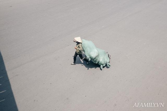 Hà Nội, nắng và trưa tháng 6 của những người bán mặt cho đất, bán lưng cho trời - Ảnh 3.