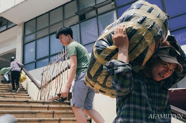 Hà Nội, nắng và trưa tháng 6 của những người bán mặt cho đất, bán lưng cho trời - Ảnh 5.