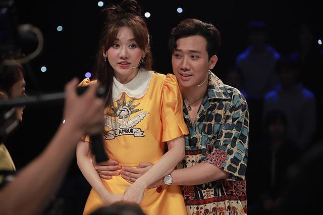 Sau tin đồn bay lắc, MC Trấn Thành ôm chặt Hari Won - Ảnh 2.