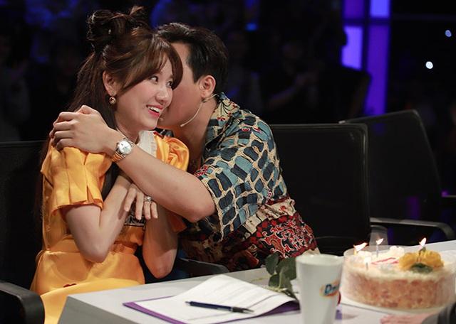 Sau tin đồn bay lắc, MC Trấn Thành ôm chặt Hari Won - Ảnh 3.