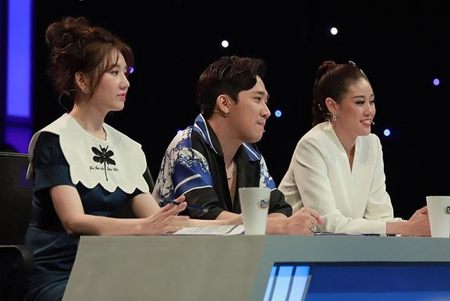 Sau tin đồn bay lắc, MC Trấn Thành ôm chặt Hari Won - Ảnh 4.