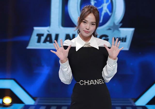 Sau tin đồn bay lắc, MC Trấn Thành ôm chặt Hari Won - Ảnh 5.
