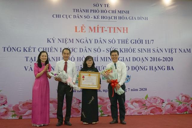 Chi cục DS-KHHGĐ TP.HCM mít-tinh kỷ niệm Ngày Dân số Thế giới và đón nhận Huân chương Lao động hạng Ba - Ảnh 2.
