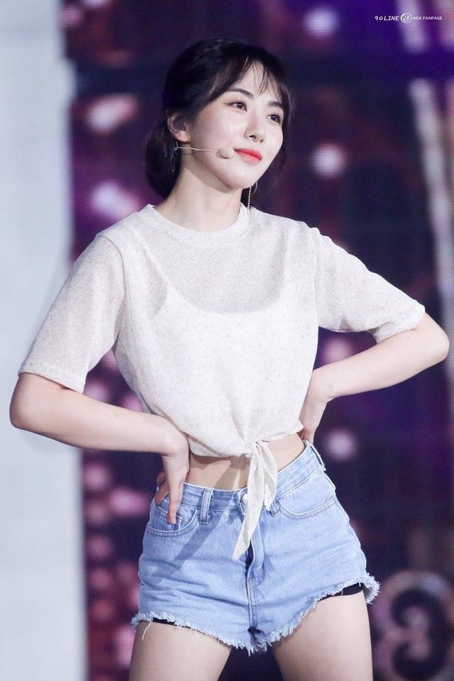 Nữ ca sĩ bị tấn công ngay trên sân khấu và sự đáng sợ của showbiz Hàn - Ảnh 2.