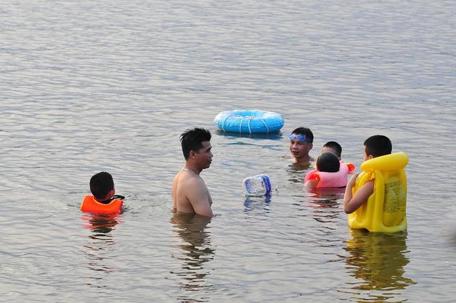 Trời oi bức, người dân tấp nập ra hồ Linh Đàm lặn ngụp dù biển cấm cắm khắp nơi - Ảnh 9.