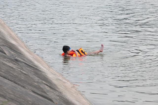Trời oi bức, người dân tấp nập ra hồ Linh Đàm lặn ngụp dù biển cấm cắm khắp nơi - Ảnh 8.