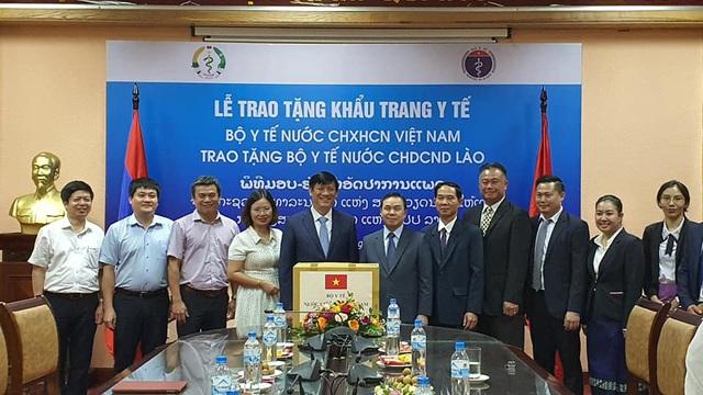 Bộ Y tế Việt Nam tặng Bộ Y tế Lào 200.000 khẩu trang y tế - Ảnh 1.