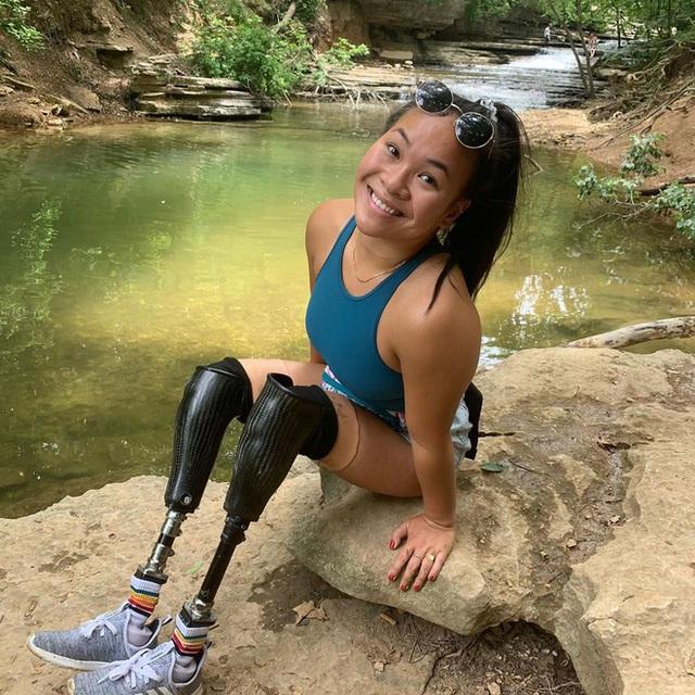Cô gái gốc Việt mất 2 chân vì nổ bom, thành VĐV bơi lội ở Mỹ - Ảnh 1.