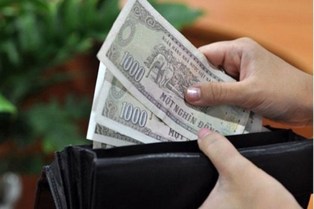 Tự tiện lục ví lấy tiền của chồng là vợ tự hạ thấp mình - Ảnh 2.