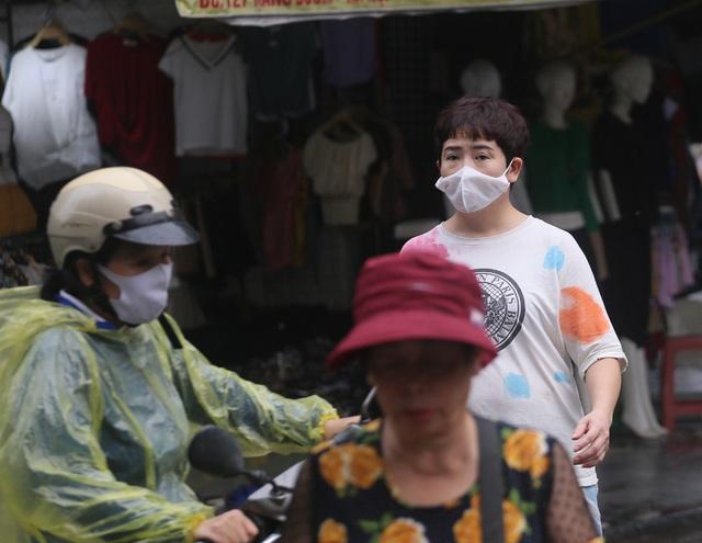 Người dân Hà Nội đeo khẩu trang ra đường khi dịch COVID-19 có nhiều diễn biến mới - Ảnh 2.