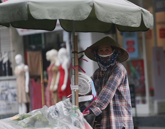 Người dân Hà Nội đeo khẩu trang ra đường khi dịch COVID-19 có nhiều diễn biến mới - Ảnh 4.