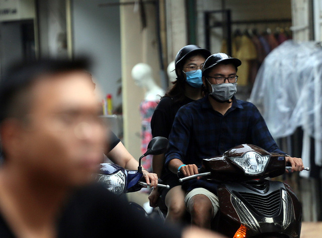 Người dân Hà Nội đeo khẩu trang ra đường khi dịch COVID-19 có nhiều diễn biến mới - Ảnh 5.