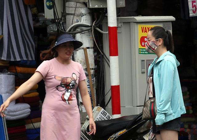 Người dân Hà Nội đeo khẩu trang ra đường khi dịch COVID-19 có nhiều diễn biến mới - Ảnh 14.
