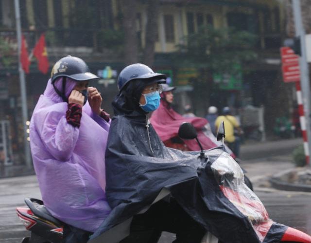 Người dân Hà Nội đeo khẩu trang ra đường khi dịch COVID-19 có nhiều diễn biến mới - Ảnh 6.