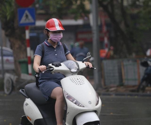 Người dân Hà Nội đeo khẩu trang ra đường khi dịch COVID-19 có nhiều diễn biến mới - Ảnh 8.