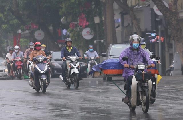 Người dân Hà Nội đeo khẩu trang ra đường khi dịch COVID-19 có nhiều diễn biến mới - Ảnh 9.