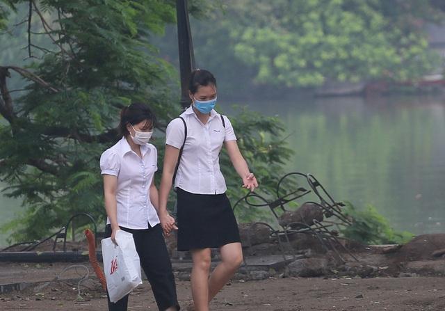 Người dân Hà Nội đeo khẩu trang ra đường khi dịch COVID-19 có nhiều diễn biến mới - Ảnh 11.